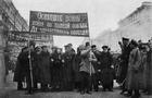Contre-manifestation patriotique en réponse aux efforts pacifistes des acolytes de Lenine. Des aveugles de la guerre, guidés par une infirmière, promènent dans les rues cette inscription:'La guerre jusqu'à la victorie complète. Vive la Liberté!'. 1917
