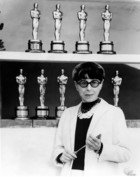 Edith Head (1907-1981) costumiere americaine posant devant les 8 oscars de sa carriere surrounded by the eight Oscars she has won in a distinguished career in 1976 couture de cinema mode